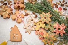 Fondo de la Navidad con las galletas del pan de jengibre en la tabla Imágenes de archivo libres de regalías