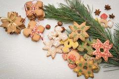 Fondo de la Navidad con las galletas del pan de jengibre en la tabla Fotos de archivo libres de regalías
