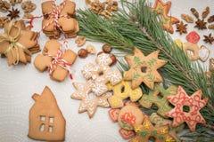 Fondo de la Navidad con las galletas del pan de jengibre en la tabla Imagenes de archivo