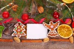 Fondo de la Navidad con las galletas y la decoración del pan de jengibre Fotografía de archivo libre de regalías