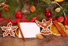 Fondo de la Navidad con las galletas y la decoración del pan de jengibre Foto de archivo