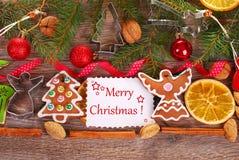 Fondo de la Navidad con las galletas y la decoración del pan de jengibre Foto de archivo libre de regalías