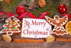 Fondo de la Navidad con las galletas y la decoración del pan de jengibre Fotografía de archivo