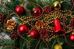 Fondo de la Navidad con las gotas de oro de la Navidad y los ornamen rojos Fotografía de archivo