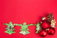 Fondo de la Navidad con las ilustraciones y los ornamentos lindos del árbol de abeto Foto de archivo
