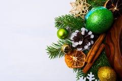 Fondo de la Navidad con las naranjas secadas, conos adornados del pino Fotos de archivo