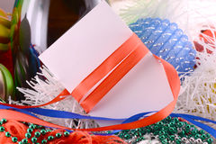 Fondo de la Navidad con las perlas de la botella de vino y la nota de papel vacía Imagen de archivo libre de regalías