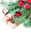 Fondo de la Navidad con las ramas de árbol de abeto, las chucherías rojas y soldado enrollado en el ejército Fotografía de archivo