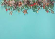 Fondo de la Navidad con las ramas del árbol de navidad, decoraciones de la Navidad, conos del pino, nueces Imágenes de archivo libres de regalías