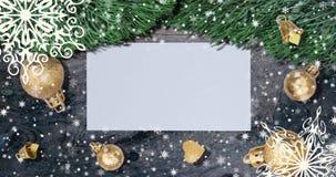Fondo de la Navidad con las ramas del abeto, los copos de nieve y las bolas de oro en la tabla de madera rústica Visión superior  metrajes
