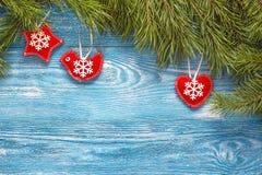 Fondo de la Navidad con las ramas del abeto y decoración roja en azul Fotografía de archivo libre de regalías