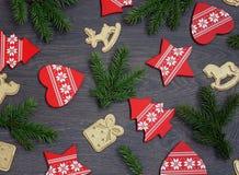 Fondo de la Navidad con las ramas del abeto y las decoraciones de la Navidad Fotos de archivo libres de regalías