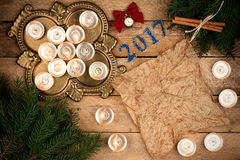 Fondo de la Navidad con las ramas del abeto y las velas de pergamino ella Fotografía de archivo