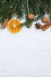 Fondo de la Navidad con las ramas, la nieve y el copyspace del abeto Imágenes de archivo libres de regalías