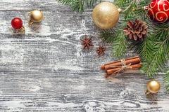 Fondo de la Navidad con las ramas, las decoraciones y las especias del abeto Fotografía de archivo