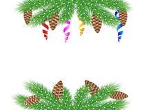 Fondo de la Navidad con las ramas, los conos y la serpentina verdes Imagenes de archivo