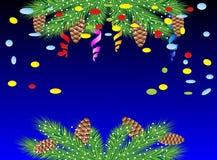 Fondo de la Navidad con las ramas, los conos y la serpentina verdes Fotografía de archivo libre de regalías