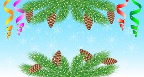 Fondo de la Navidad con las ramas, los conos y la serpentina verdes Imagen de archivo