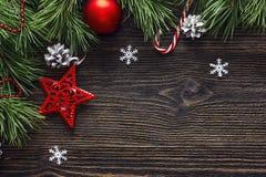 Fondo de la Navidad con las ramas y las decoraciones del abeto Espacio FO Fotografía de archivo libre de regalías