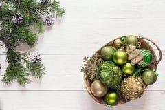 Fondo de la Navidad con las ramas y las decoraciones del abeto en cesta Imágenes de archivo libres de regalías
