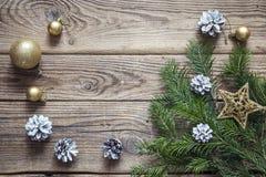 Fondo de la Navidad con las ramas y las decoraciones del abeto en el wo viejo Imágenes de archivo libres de regalías