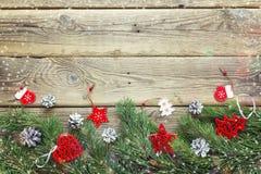 Fondo de la Navidad con las ramas y las decoraciones del abeto en el wo viejo Fotos de archivo