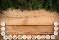 Fondo de la Navidad con las ramas y las velas del abeto en el wo viejo Foto de archivo