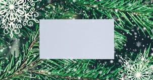 Fondo de la Navidad con las ramas y los copos de nieve de árbol de abeto Visión superior con el espacio de la letra y de la copia almacen de metraje de vídeo