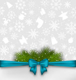Fondo de la Navidad con las ramitas de la cinta y del abeto del arco Fotos de archivo libres de regalías