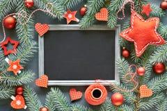 Fondo de la Navidad con las ramitas del abeto, las baratijas rojas, las estrellas y hea Imagen de archivo libre de regalías