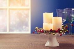 Fondo de la Navidad con las velas en la tabla de madera Fotografía de archivo