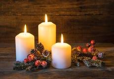 Fondo de la Navidad con las velas y la decoración natural Foto de archivo