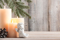 Fondo de la Navidad con las velas y poco ángel Foto de archivo