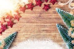 Fondo de la Navidad con los árboles, la nieve y las decoraciones Foto de archivo libre de regalías