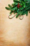 Fondo de la Navidad con los bastones de caramelo y la rama spruce Foto de archivo