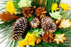 Fondo de la Navidad con los conos y la seda adornados de oro r del pino Foto de archivo libre de regalías