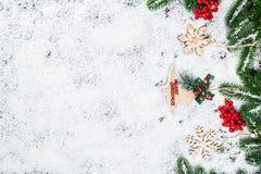 Fondo de la Navidad con los copos de nieve, la nieve blanca, los juguetes, el limón, el caramelo, las ramas de árbol de navidad y Foto de archivo