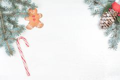 Fondo de la Navidad con los elementos y el abeto tr de la decoración del día de fiesta imágenes de archivo libres de regalías