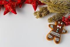 Fondo de la Navidad con los hombres de pan de jengibre Fotos de archivo libres de regalías