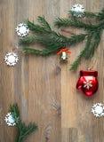 Fondo de la Navidad con los juguetes de la Navidad y las ramas de árbol de abeto Copie el espacio Fotografía de archivo libre de regalías