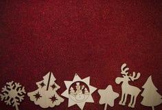 Fondo de la Navidad con los ornamentos del día de fiesta en fondo rojo Imagenes de archivo
