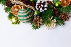 Fondo de la Navidad con los ornamentos rústicos y p adornado nevoso Imagen de archivo libre de regalías