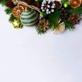 Fondo de la Navidad con los ornamentos rústicos y slic anaranjado secada Imagen de archivo