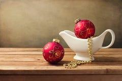 Fondo de la Navidad con los ornamentos y el barco de salsa Foto de archivo libre de regalías