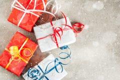 Fondo de la Navidad con los regalos Fotos de archivo