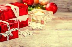 Fondo de la Navidad con los regalos, la vela y las bolas Fotos de archivo