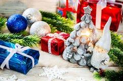 Fondo de la Navidad con los regalos, Santa Claus y las bolas Fotografía de archivo libre de regalías