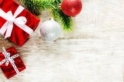 Fondo de la Navidad con los regalos y las bolas Imágenes de archivo libres de regalías