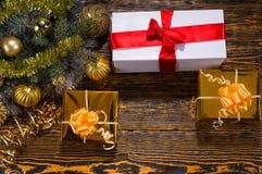 Fondo de la Navidad con los regalos y las decoraciones Fotos de archivo libres de regalías