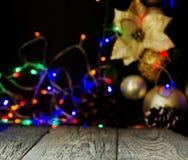 Fondo de la Navidad con los tableros de madera y las decoraciones de la Navidad, foco borroso, selectivo Fotografía de archivo libre de regalías